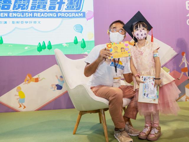 【親子名人】田叔叔現身書展活動 簽書收卡大曬「孫女的愛」